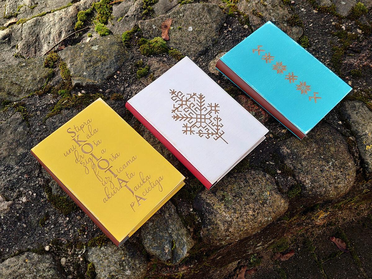 Piezīmju bloks/plānotājs koka vākos - Rakstu zīmes