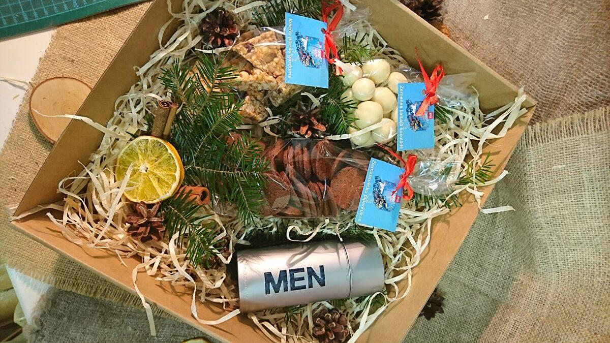 Priedes koka skaidas dāvanu kastīšu pildījumam