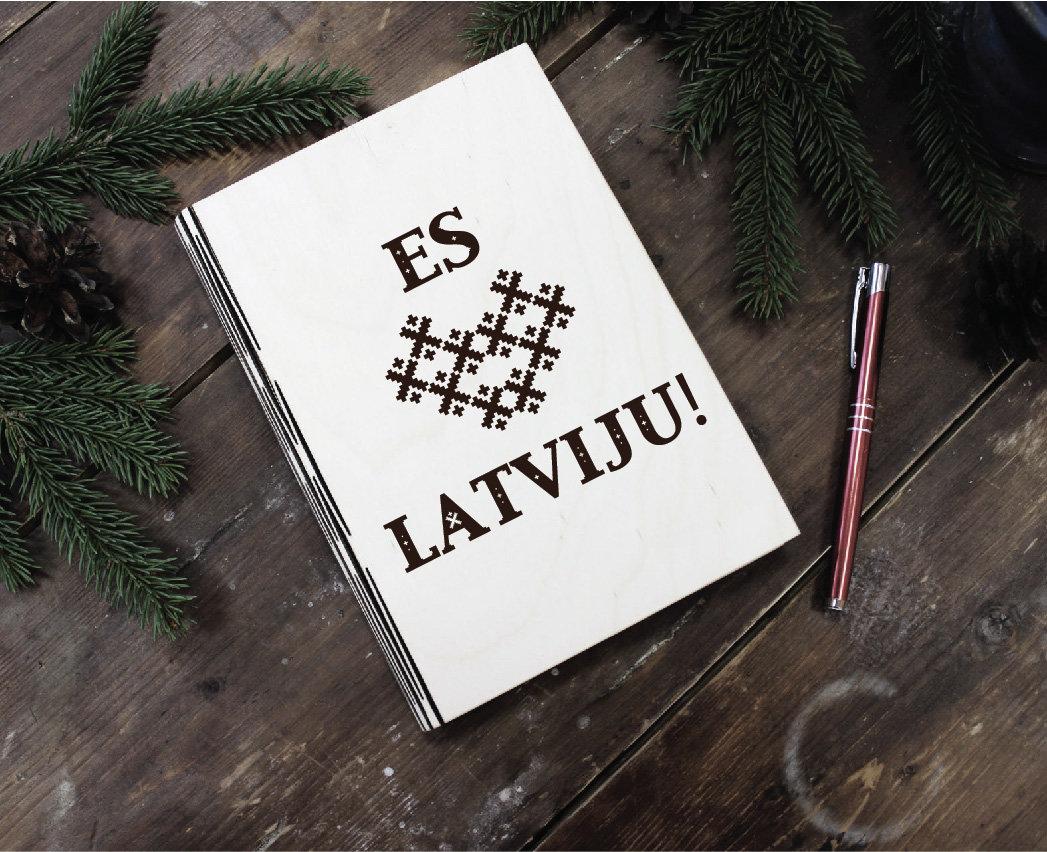 Plānotājs koka vākos ar gravējumu - Es mīlu Latviju