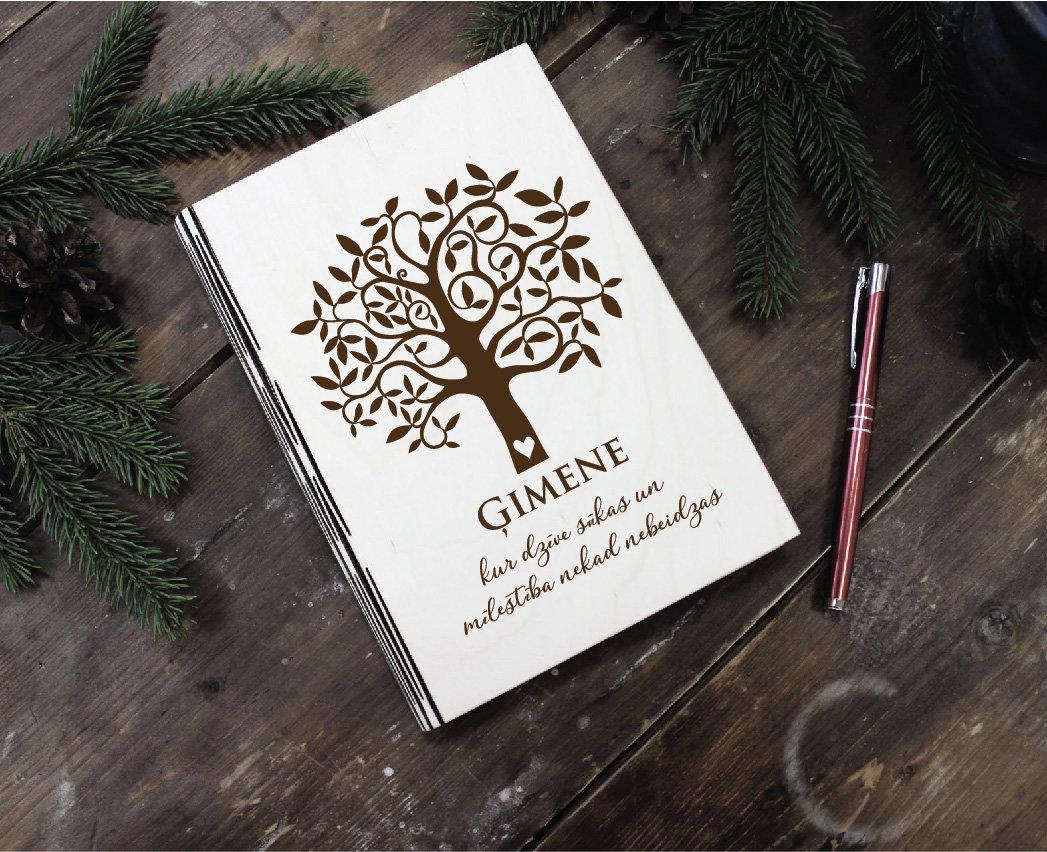 Plānotājs koka vākos ar gravējumu - Ģimenes koks