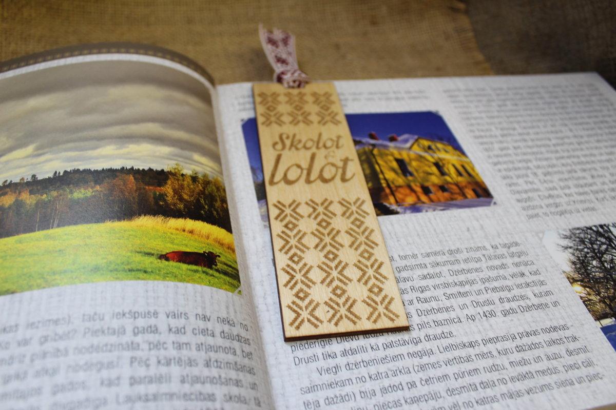 Koka grāmatzīmīte ar gravējumu - Skolot & lolot