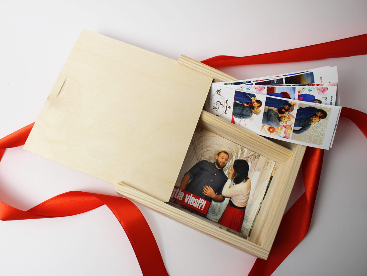 Koka kaste fotogrāfijām, USB, piemiņas lietām 18x18x5 cm /ZSKK241/