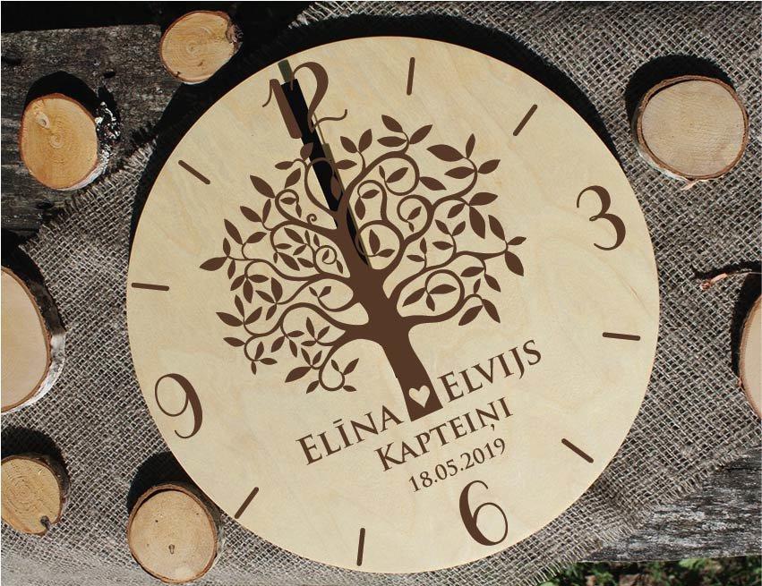 Koka pulkstenis ar gravējumu - Mīlas koks