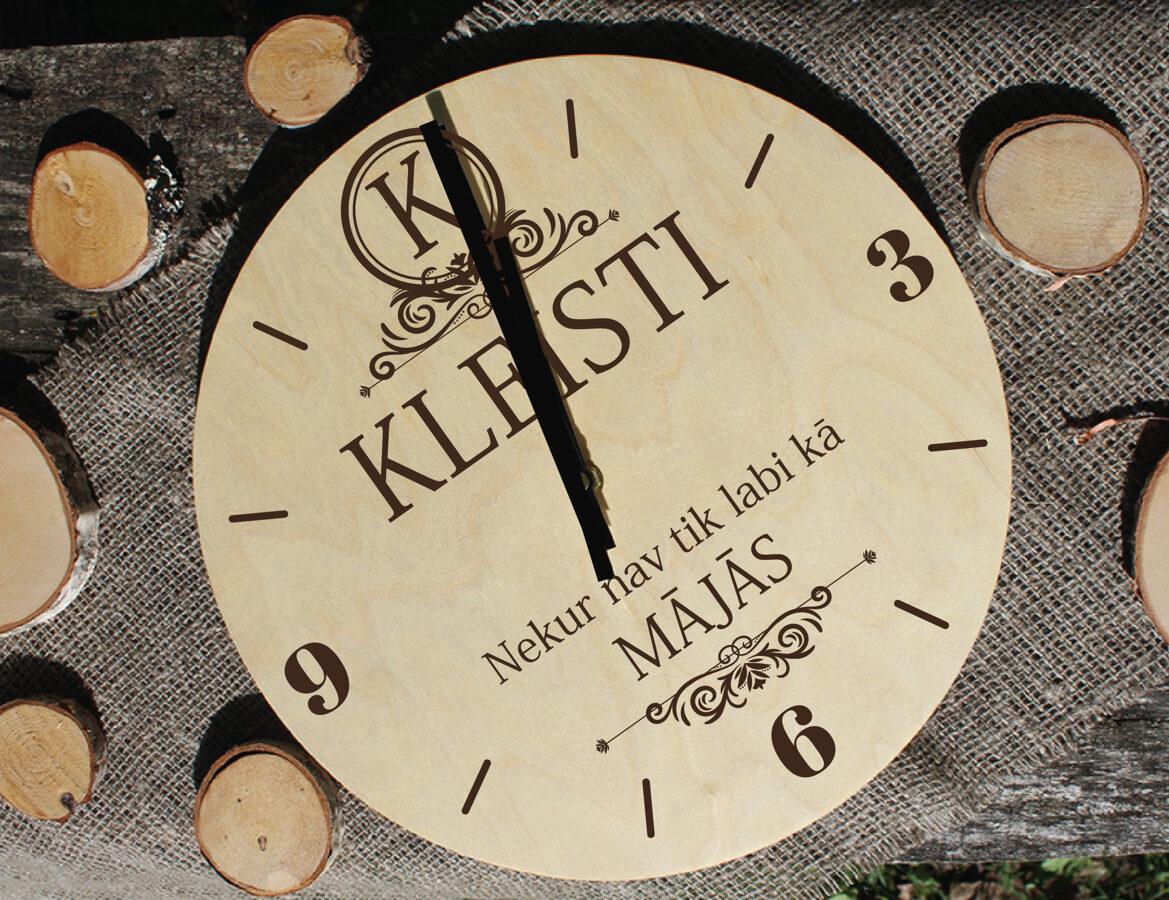 Koka pulkstenis ar gravējumu - Mājas nosaukums