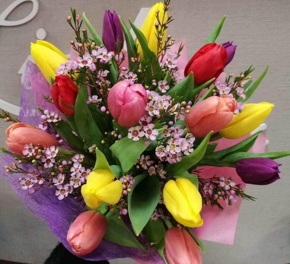 Ziedu pušķis sievietei - Mazās krāsu tulpītes