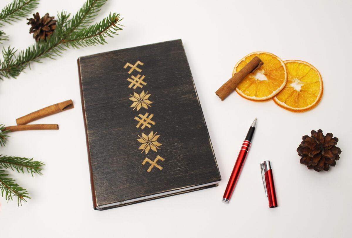 Piezīmju bloks/plānotājs koka vākos - Dieva zīme