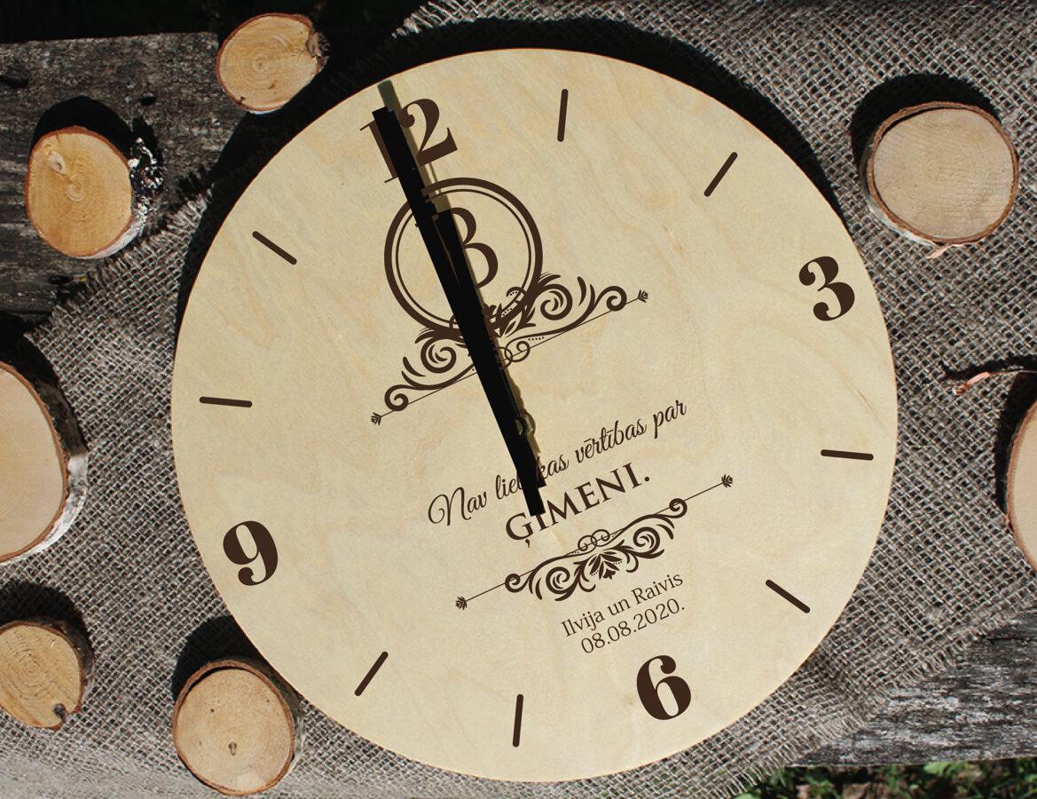 Koka pulkstenis ar gravējumu - Monogramma 1