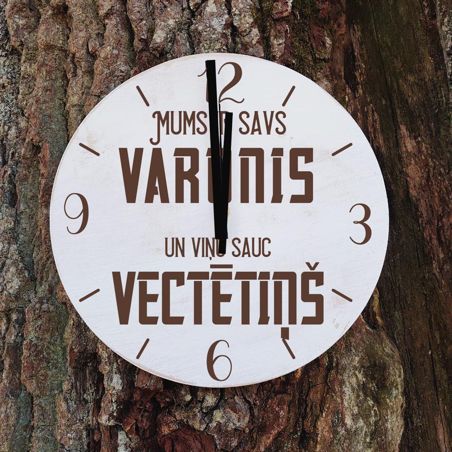 Koka pulkstenis ar gravējumu - Varonis vectētiņš