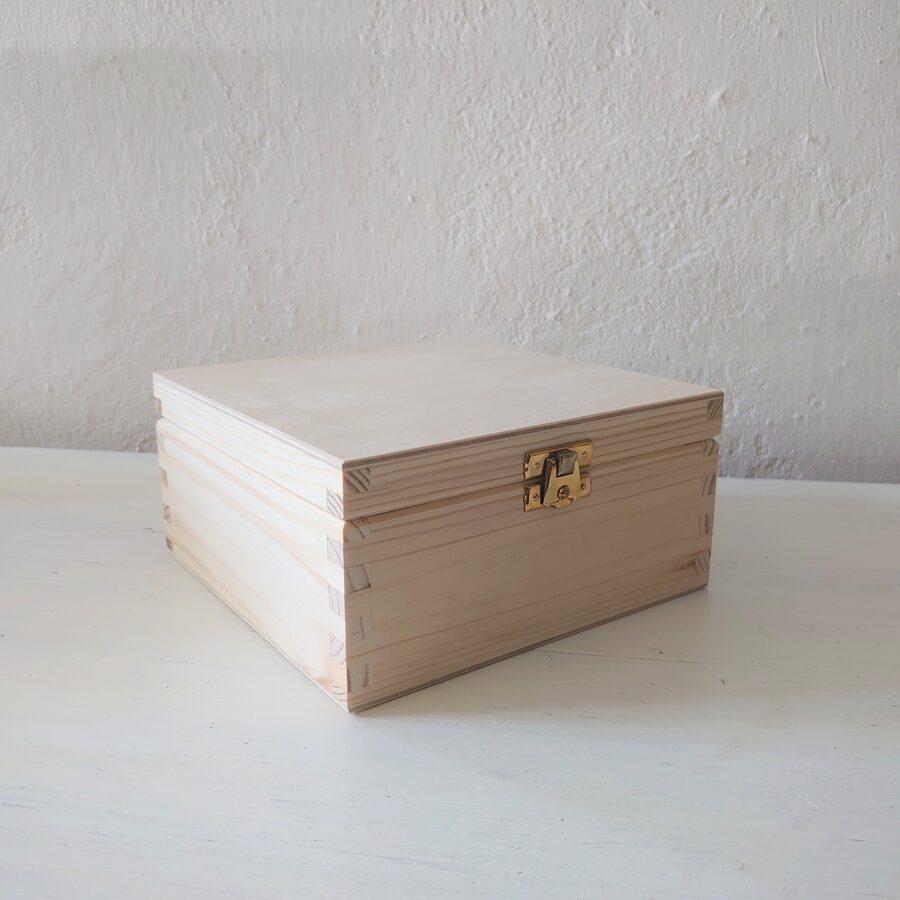 Koka kaste ar 4 nodalījumiem un aizdarīti 163x163x8 cm /ZSKK153/