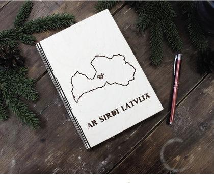 Plānotājs koka vākos ar gravējumu - Ar sirdi Latvijā