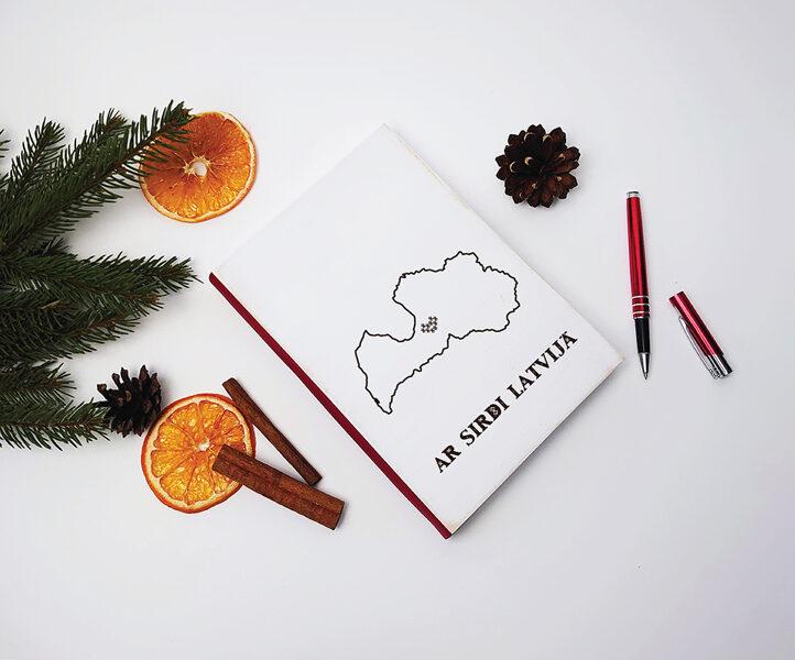 Piezīmju bloks/plānotājs koka vākos - Ar sirdi Latvijā