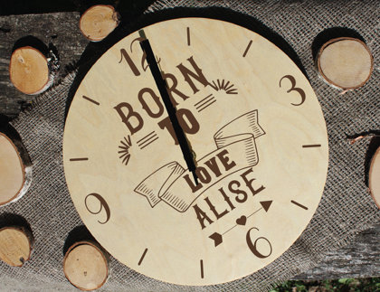 Koka pulkstenis ar gravējumu - Born to love