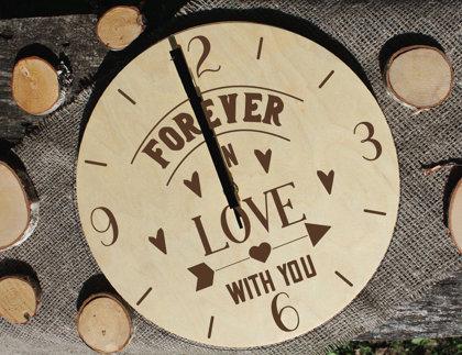 Koka pulkstenis ar gravējumu - Forever in love