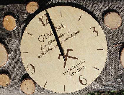 Koka pulkstenis ar gravējumu - ĢIMENE /ar vārdiem/