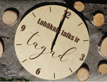 Koka pulkstenis ar gravējumu - Labākais laiks ir TAGAD