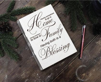 Plānotājs koka vākos ar gravējumu - Home, Family, Blessing