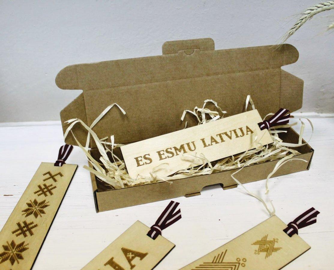 Koka grāmatzīme ar gravējumu - Es esmu Latvija