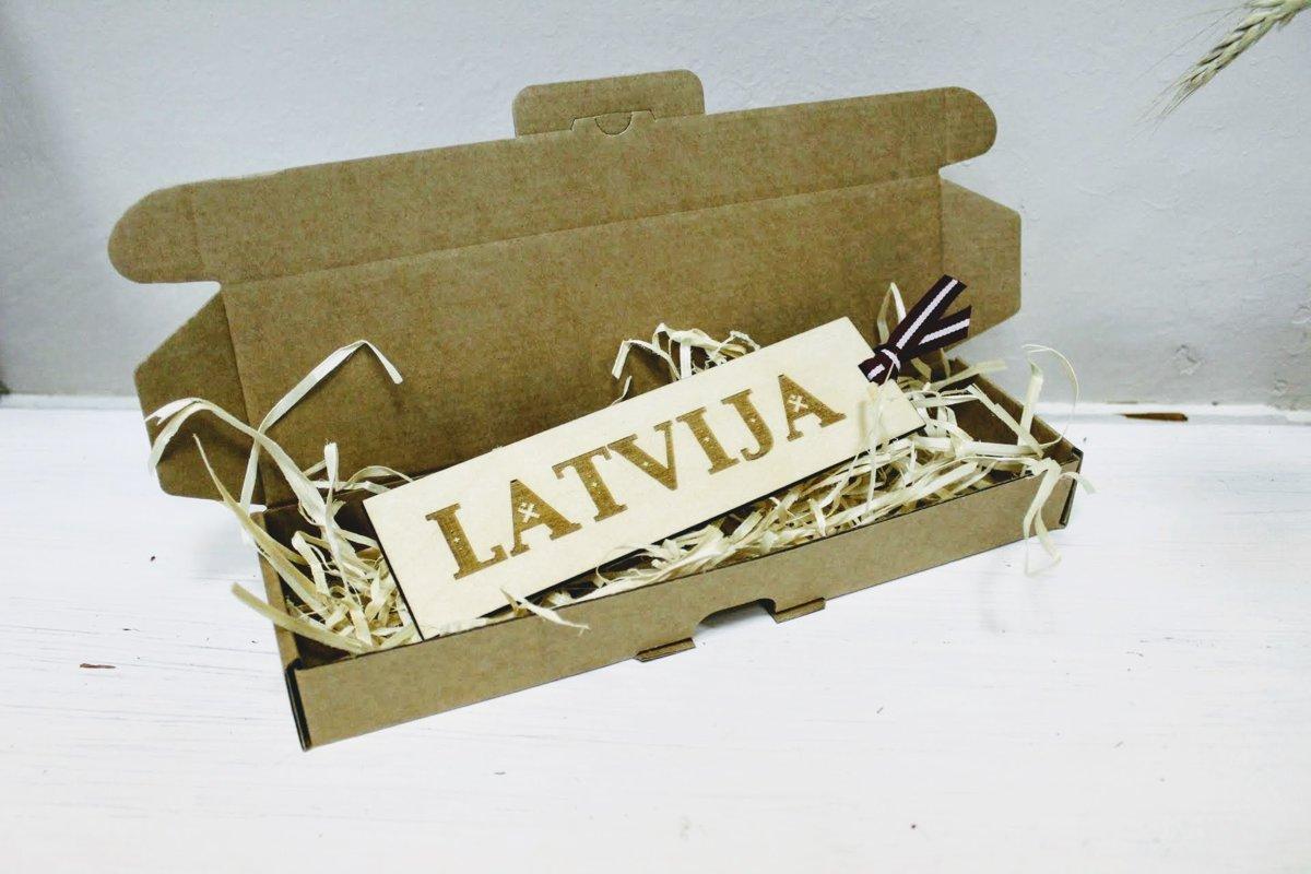 Koka grāmatzīme ar gravējumu - Latvija