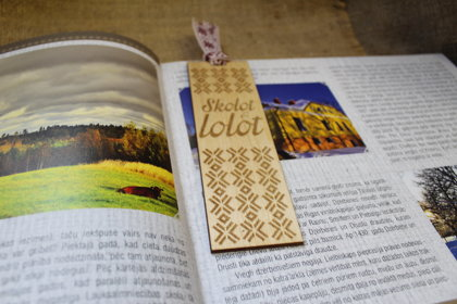 Koka grāmatzīmīte ar gravējumu - Skolot & lolot /ZSG/
