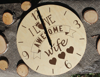 Koka pulkstenis ar gravējumu - I love wife