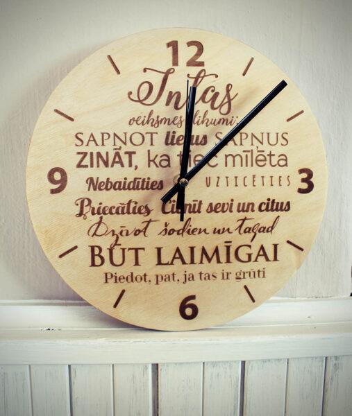 Koka pulkstenis ar gravējumu -Veiksmes likumi ar vārdu