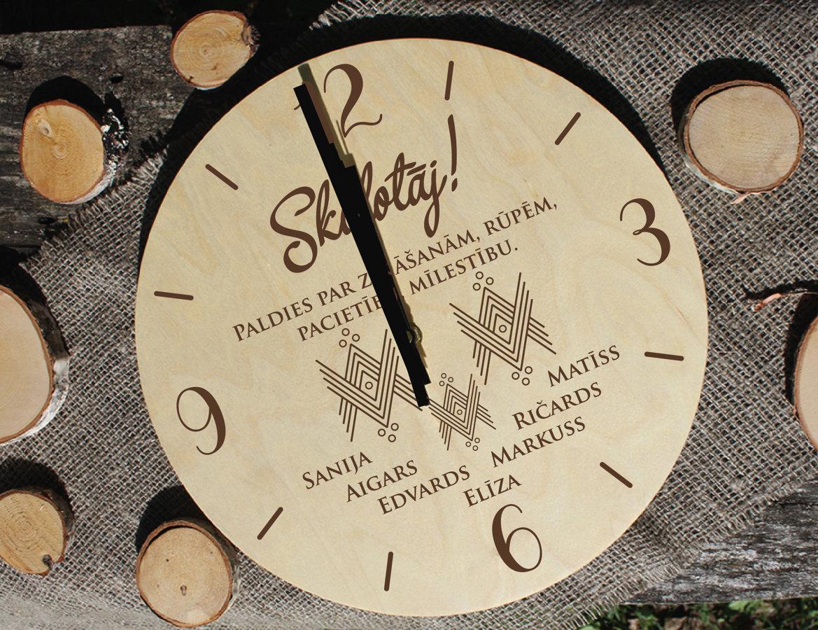 Koka pulkstenis ar gravējumu - IZLAIDUMS /ar rakstu zīmēm/