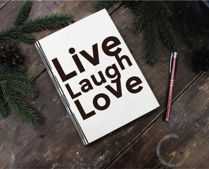 Plānotājs koka vākos ar gravējumu - Live, lought, love