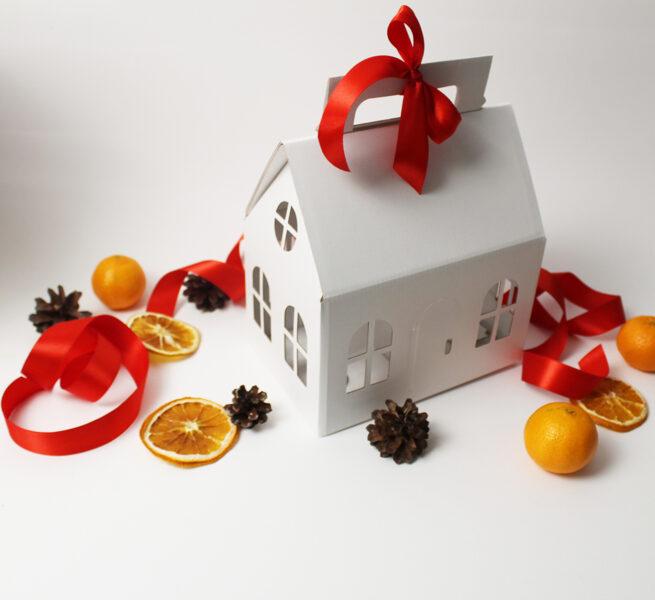 """Dāvanu kaste 200x130x120mm """"Ziemassvētku namiņš"""" BALTS /ZSK45/"""