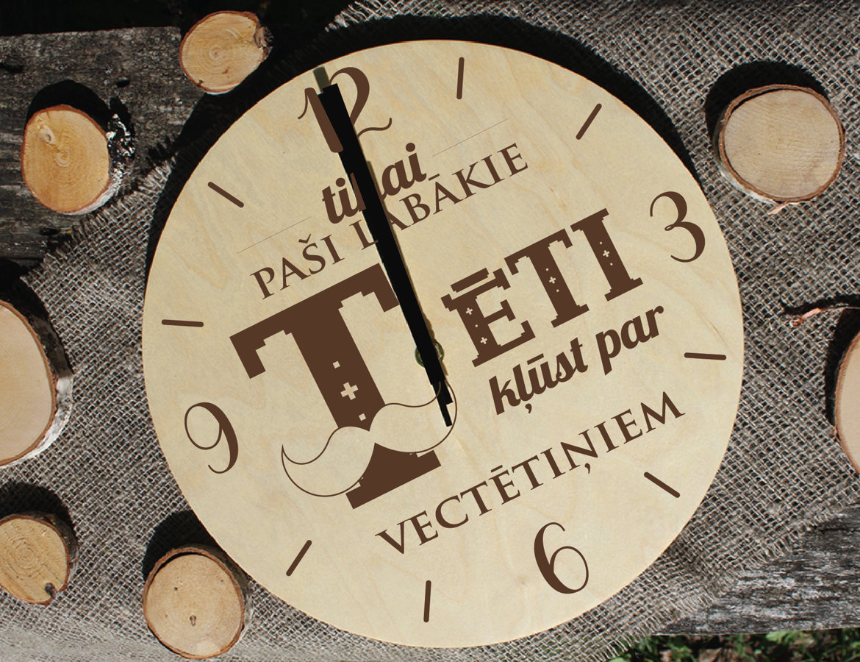Koka pulkstenis ar gravējumu - Vectētiņš